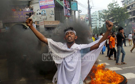 Jagannath University students setting fire to tyres blocking streets at Paltan intersection on Wednesday for a new hall.