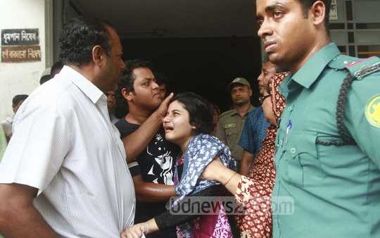 The daughter of the Bangabandhu's aide AFM Mohitul Islam breaks down in tears after the plaintiff of the case over the assassination of the nation's founding father died at a hospital in Dhaka on Thursday.