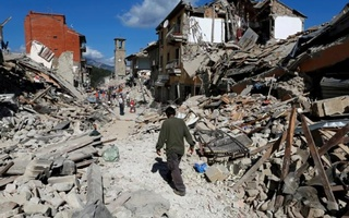 A man walks amidst rubble following an earthquake in Pescara del Tronto, central Italy, Aug 24, 2016. Reuters