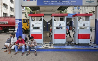 Bipu, Muhith take contradictory stand on fuel price cut