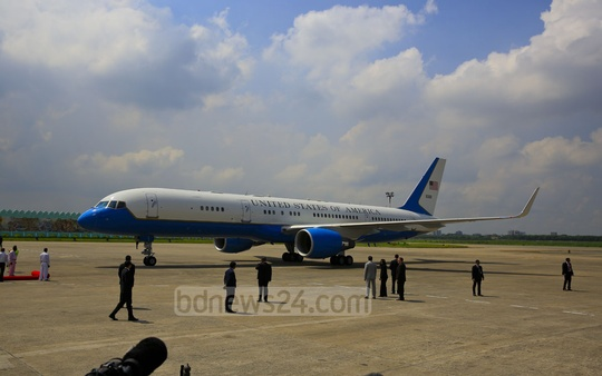 The plane carrying John Kerry and his entourage landed at Shahjalal International Airport in Dhaka at 10:10am. Photo: mostafigur rahman
