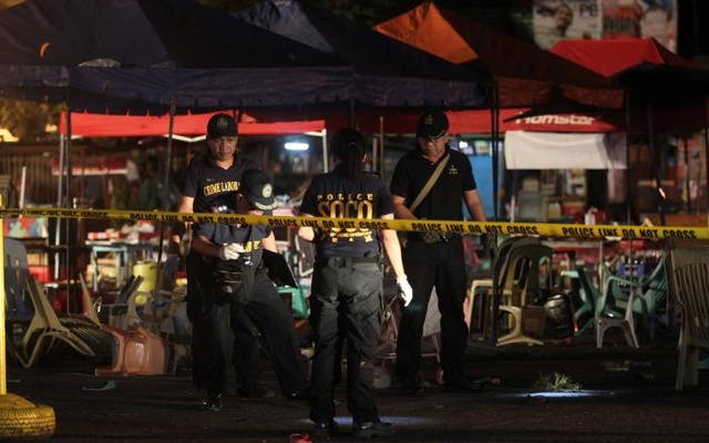 Police investigators inspect the area of a market where an explosion happened in Davao City, Philippines Sep 2, 2016. Reuters
