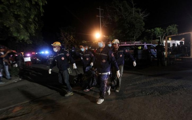 Rescuers carry a body bag after an explosion at a market in Davao City, Philippines Sep 3, 2016. Reuters