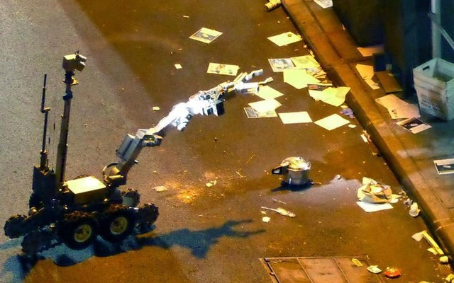 A New York Police Department (NYPD) robot retrieves an unexploded pressure cooker bomb on 27th Street, hours after an explosion nearby in New York City, New York, U.S. September 18, 2016. Reuters