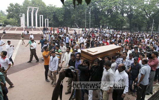 The coffin of Syed Shamsul Haq being carried to Dhaka University's Central Mosque for funeral prayers from the Central Shaheed Minar on Wednesday. Photo: asif mahmud ove