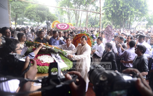 Besides political, social and cultural organisations, people from all walks of life pay last respects to prolific writer Syed Shamsul Haq at the Central Shaheed Minar on Wednesday. Photo: asif mahmud ove