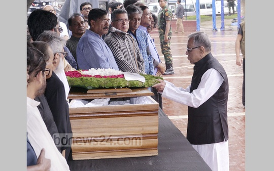 President Md Abdul Hamid pays last respect to prolific writer Syed Shamsul Haq by placing wreath at his coffin at the Central Shaheed Minar in Dhaka on Wednesday. Photo: asif mahmud ove