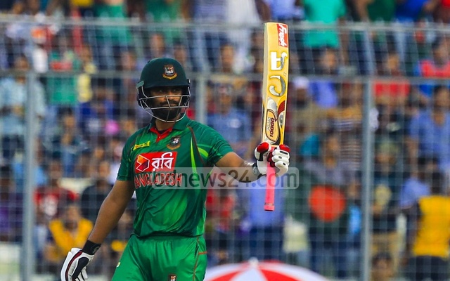 Tamim Iqbal raises his bat after reaching his half-century. Photo: muhammad mostafigur rahman