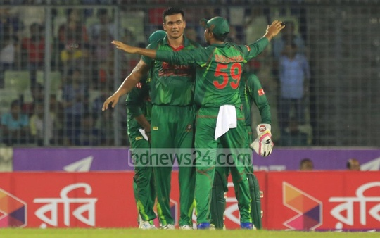 Taskin Ahmed celebrates the wicket of Samiullah Shenwari with teammates. Photo: Mostafigur Rahman