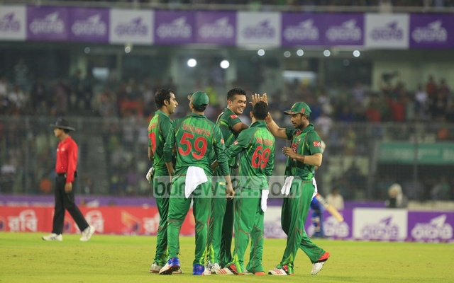 Bangladesh players congratulate Taskin Ahmed after he dismissed Afghanistan topscorer Rahmat Shah. Photo: muhammad mostafigur rahman