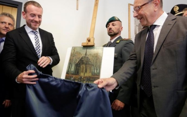 Director of Amsterdam's Van Gogh Museum Axel Ruger (L) and Naples Prosecutor Giovanni Colangelo (R) unveil a painting by the Dutch artist Vincent Van Gogh, that was stolen in Amsterdam 14 years ago, during a news conference in Naples September 30, 2016. Reuters
