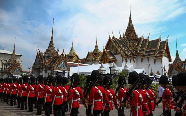 Thai Royal guards march as mourners line up to enter the Grand Palace to pay respect to Thailand's late King Bhumibol Adulyadej in Bangkok, Thailand, October 14, 2016. reuters