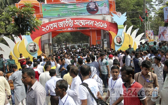 Awami League leaders and activists throng at the gate of Suhrawardy Udyan during the party's 20th National Council on Saturday. Photo: asif mahmud ove