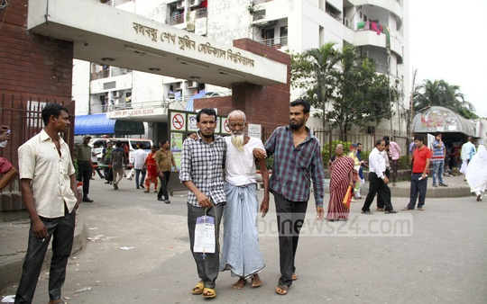People suffer due to restriction on vehicular movements in several areas of the capital on Saturday for Awami League's National Council. The photo was taken in front of Bangabandhu Sheikh Mujib Medical University. Photo: abdul mannan