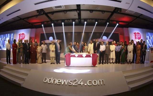 Speaker Shirin Sharmin Chaudhury, Information Minister Hasanul Haq Inu, State Minister for ICT Zunaid Ahmed Palak, BTRC Chairman Shahjahan Mahmood, US Ambassador Marcia Bernicat, actress Sarah Begum Kabori and other guests join to cut the cake to mark the 10th anniversary celebrations of bdnews24.com. Top personalities from various fields joined the event at Radisson Blu hotel in Dhaka on Sunday.