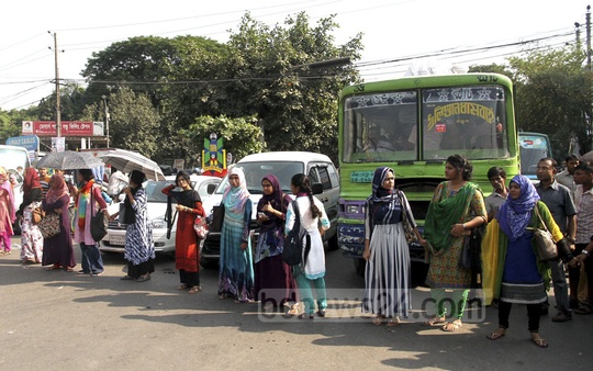 Dhaka University students who suffer in buses stuck in traffic congestions at Nilkhet intersection demonstrated blocking the intersection on Monday.