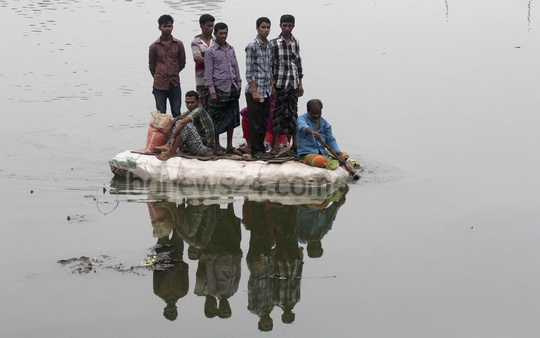 Residents of the Karhail Slum in Dhaka risk raft journeys to cross the Gulshan-Banani Lake after authorities banned boats on the lake for security purposes. Photo taken on Wednesday. Photo: asif mahmud ove