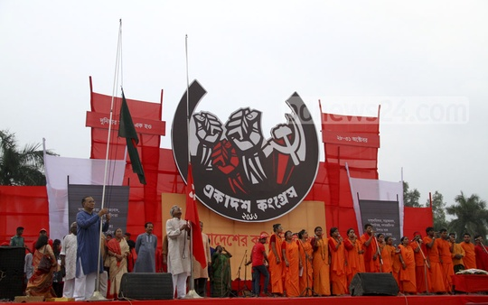 CPB's 11th congress starts with hoisting the national and party flags and singing the national anthem at Suhrawardy Udyan on Friday. Photo: abdul mannan