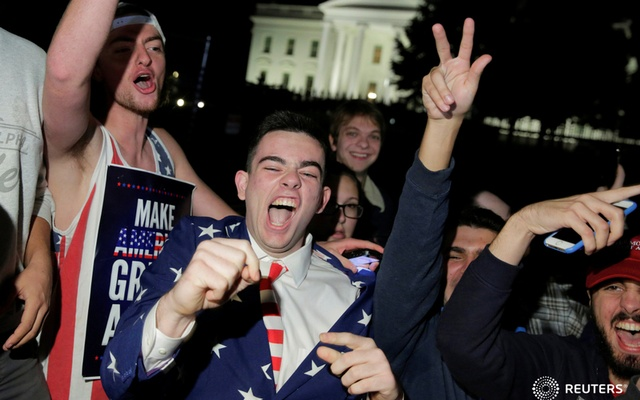 Supporters of Donald Trump rally in front of the White House. Reuters