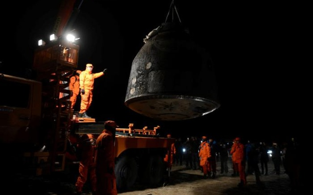 The re-entry capsule of China's Shenzhou-11 spacecraft is loaded on a truck, north of Inner Mongolia Autonomous Region, China, Nov 18, 2016. Reuters