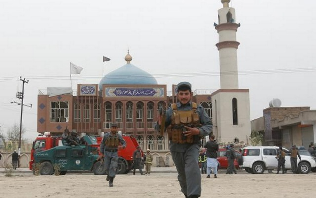 Afghan policemen arrive in front of a mosque where an explosion happened in Kabul, Afghanistan November 21, 2016. reuters