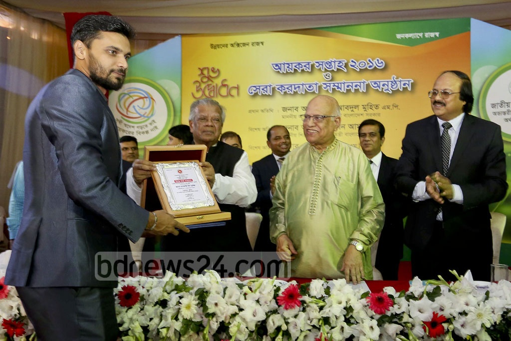 National team cricketer Mashrafe Bin Mortaza receives citation as the highest taxpayer from playres' category in last fiscal year at the under-construction Agargaon National Board of Revenue (NBR) building in Dhaka on Thursday.
