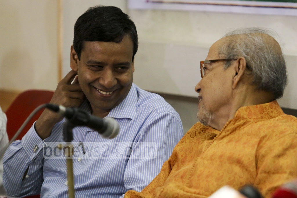 Bikalpa Dhara President AQM Badrudddoza Chowdhury and former parliamentarian Golam Mowla Rony in conversation in the course of a discussion programme at the National Press Club on Thursday