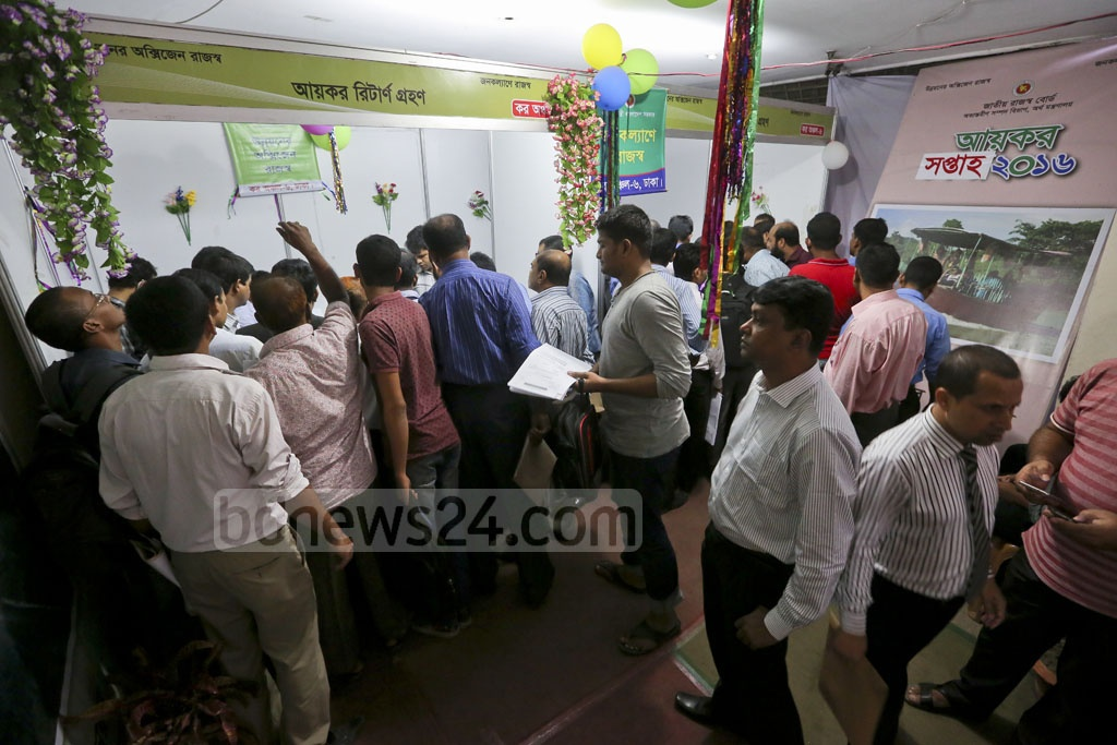 Income tax week is set to end on Wednesday. People line up at the tax office in Segunbagicha on Tuesday to pay up at the last minute and avoid paying fines. Photo: asaduzzaman pramanik