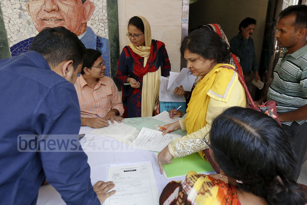Taxpayers flocked to the Bijoynagar Tax Zone-4 office to file their income tax returns on Tuesday, a day before the cut-off time ends. Photo: mostafigur rahman