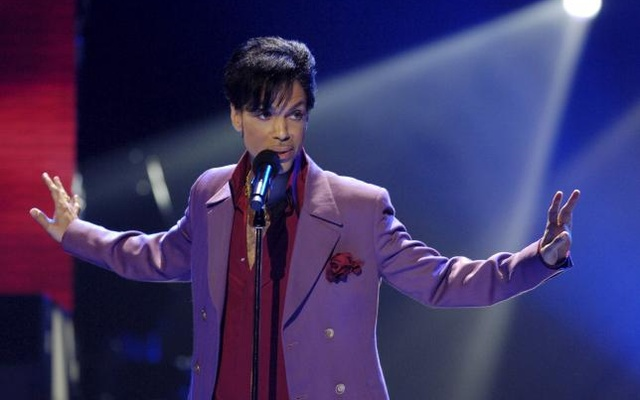 Singer Prince performs in a surprise appearance on the ''American Idol'' television show finale at the Kodak Theater in Hollywood, California in this May 24, 2006 file photo. Reuters