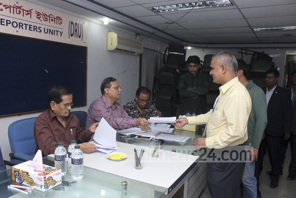 Members of Dhaka Reporters' Unity collecting ballot papers to cast their vote on Wednesday.