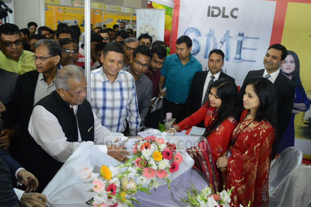 Industries Minister Amir Hossain Amu visiting the stalls at SME Fair 2016 in Chittagong after the inauguration on Saturday. Photo: suman babu