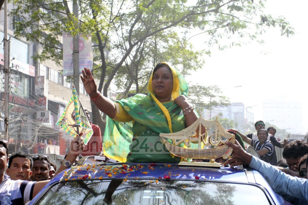 Selina Hayat Ivy waves at supporters from a motorcade after receiving the Awami League's 'boat' as her poll symbol for the upcoming Narayanganj City Corporation Election. Photo: asif mahmud ove