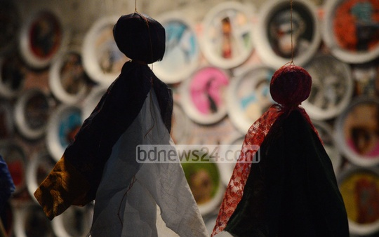 Visitors look at a performance of an artist at Fifth Cheragi Art Show, organised by Jog Alternative Art Space, at Cheragi Hill Square in Chittagong on Friday.