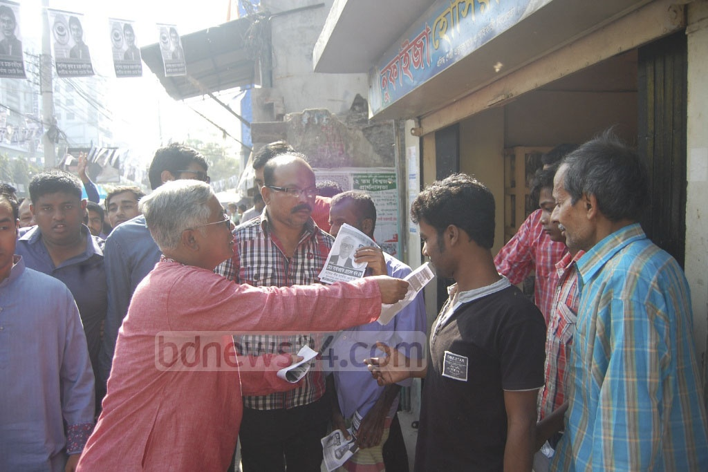 Sakhawat Hossain Khan, BNP's mayoral candidate in Narayanganj polls, engages with voters in the city on Monday. Photo: asif mahmud ove