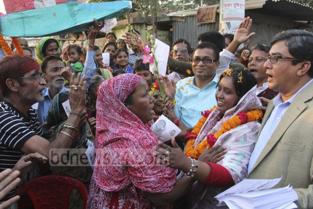 Awami League's mayoral candidate Selina Hayat Ivy campaigns at Narayanganj ahead of city polls on Monday. Photo: asif mahmud ove