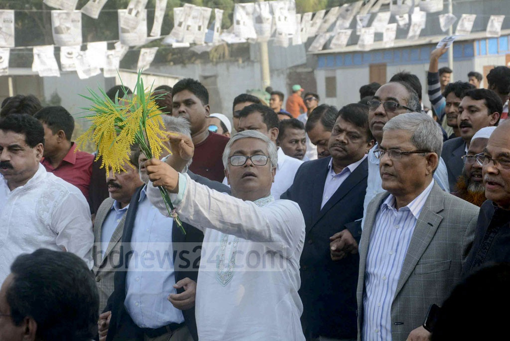 BNP Secretary General Mirza Fakhrul Islam Alamgir and other party leaders joined in the campaign of the party's mayoral candidate Sakhawat Hossain Khan (holding paddy sheaf) of Narayanganj City Corporation elections on Tuesday.