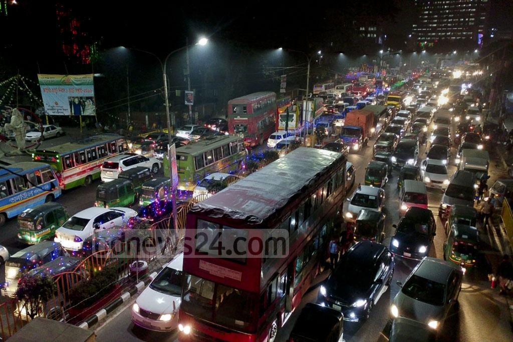 Traffic mayhem in the capital at the star of the weekend. The picture is taken from Banglamotor area of the city Thursday evening. Photo: abdul mannan