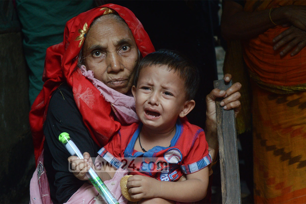 Relatives mourn the death of a couple caught in a house fire in Chittagong's Bakolia Bolirhaat area on Sunday. Photo: suman babu