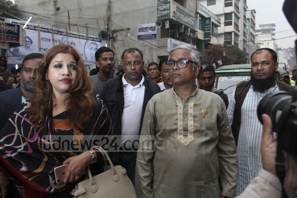 BNP's mayoral candidate Sakhawat Hossain Khan campaigning at Nayaranganj City with party leaders on Monday. Photo: asif mahmud ove