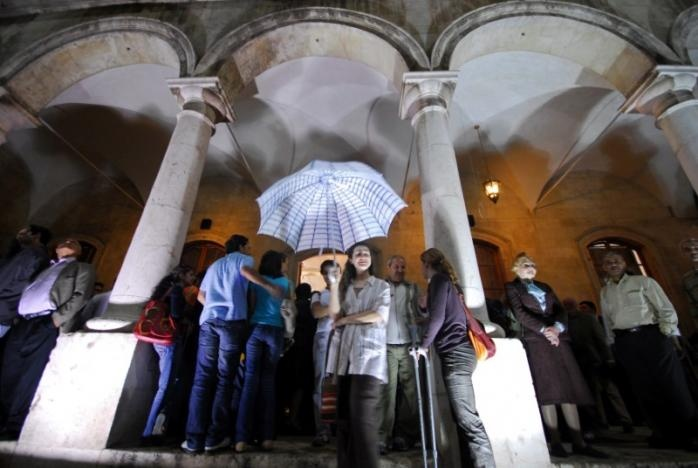 A woman carries an umbrella in al-Sheebani school, in the Old City of Aleppo, Syria May 14, 2008. Reuters