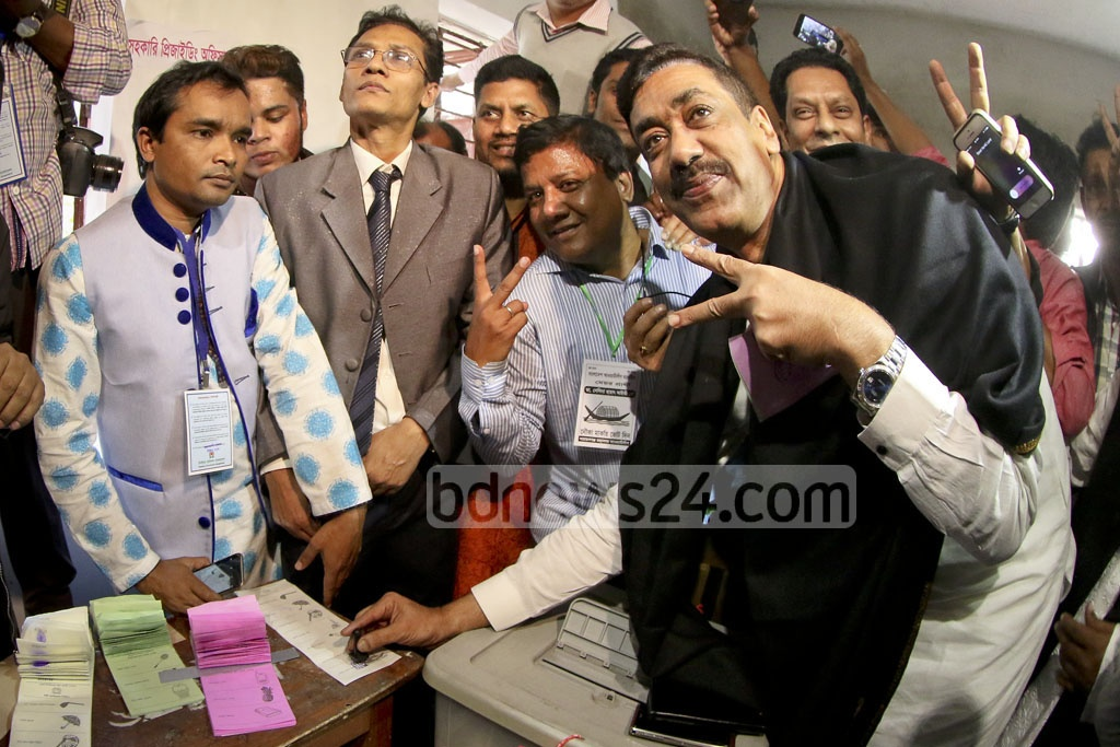 Awami League leader Shamim Osman stamps his ballot in public to vote for Selina Hayat Ivy in what appeared to be an attempt to disprove his rivalry with his party's mayor candidate. Photo taken at the Bar Academy during Narayanganj city election on Thursday. Photo: asaduzzaman pramanik