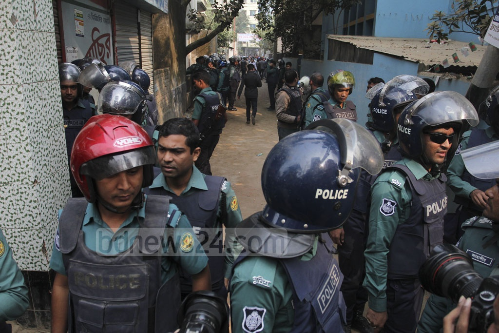 Police surround a building in Dhaka's Ashkona on Saturday as part of a raid on a militant hideout. Photo: asif mahmud ove