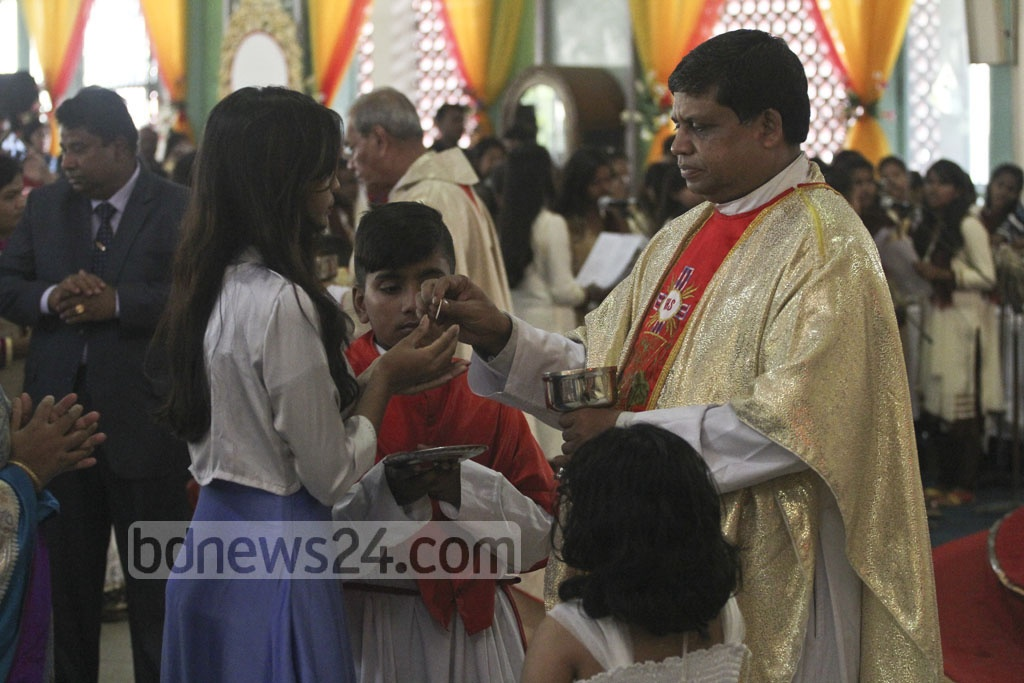 Catholic Christians receive communion on Christmas Day at the Holy Rosary Church in Dhaka's Farmgate. Photo: asif mahmud ove