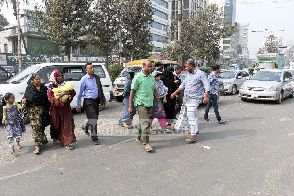 Pedestrians risk crossing the road in Dhaka's Sher-e-bangla Nagar's Shishu Mela. Photo: asif mahmud ove