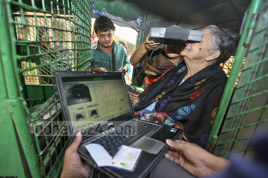 Eighty-year-old Feroza Momen came to Dhamnondi Mehrunnissa Girls School and College on Wednesday to collect her smart ID card. Considering her age and difficulty in movement, two members of the Election Commission mobile team came out and took her iris impressions at the auto-rickshaw she was travelling in.