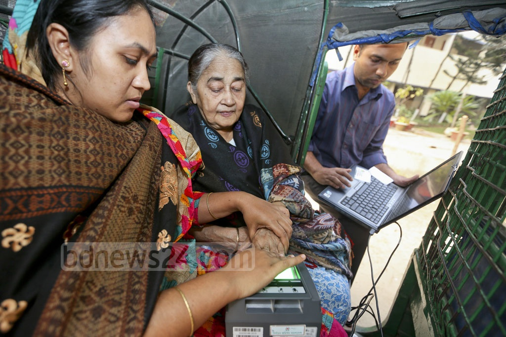 Eighty-year-old Feroza Momen came to Dhanmondi's Mehrunnissa Girls School and College on Wednesday to collect her smart ID card. Considering her age and difficulty in movement, two members of the Election Commission mobile team came out and took her finger impressions at the auto-rickshaw.