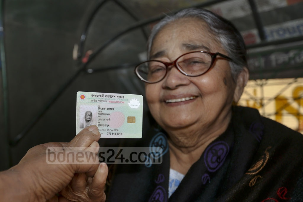 The samrt card brought smile to the face of 80-year-old Feroza Momen. The photo is taken from Dhanmondi's Mehrunnissa Girls School and College on Wednesday.