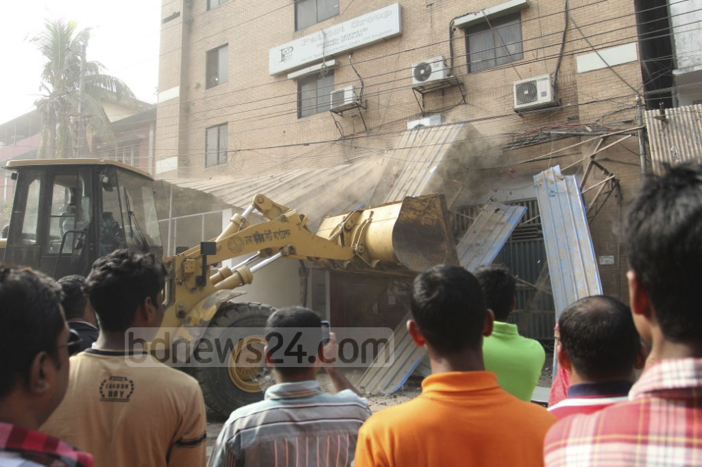 Dhaka North City Corporation demolishing an illegally constructed building at the capital's Tejgaon industrial area on Thursday. Photo: asif mahmud ove