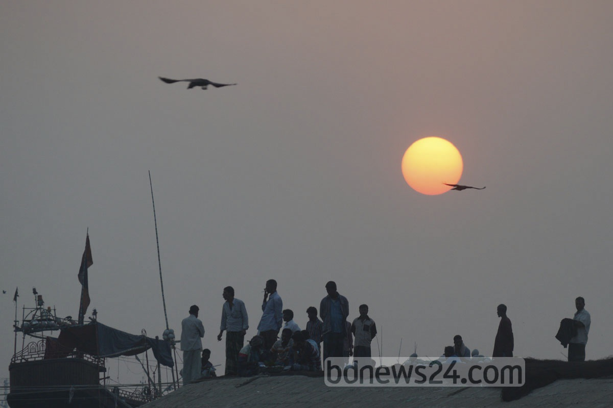 Adieu 2016. The photo of the last sunset of the year 2016 was taken at Firingibazar on the bank of the river Karnaphuli in Chittagong on Saturday.